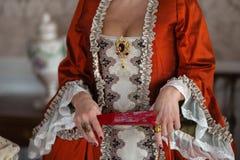 Bola medieval real do estilo retro - o palácio majestoso com os povos lindos vestidos em amigos do rei e da rainha veste-se com fotos de stock royalty free