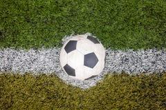 Bola na linha branca no campo verde Imagem de Stock Royalty Free