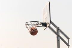 Bola na rede do basquetebol Fotos de Stock