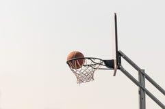 Bola na rede do basquetebol Fotografia de Stock