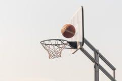 Bola na rede do basquetebol Imagem de Stock