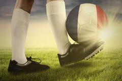Bola no pé do jogador de futebol Imagem de Stock