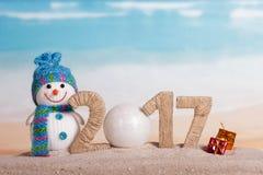 A bola numera pelo contrário 0 no boneco de neve 2017 de uma quantidade contra o mar Imagem de Stock Royalty Free