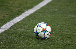 Bola oficial de la estación de la liga de campeones de UEFA del primer Fotografía de archivo libre de regalías