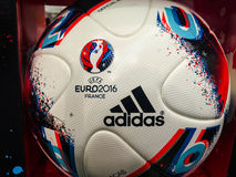 Bola oficial del partido del GALÁN JEU de Adidas para el footb 2016 del EURO de la UEFA Fotos de archivo libres de regalías