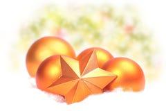 Bola opaca de oro de la Navidad Foto de archivo libre de regalías