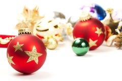 Bola opaca roja de la Navidad en ornamentos delanteros Imagen de archivo libre de regalías