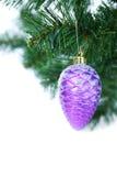 Bola púrpura de la Navidad Imágenes de archivo libres de regalías