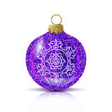 Bola púrpura de la Navidad del vector con el copo de nieve de plata Imagenes de archivo