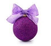 Bola púrpura hermosa de la Navidad que brilla con la cinta brillante Imagen de archivo