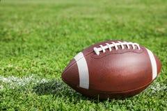 Bola para el fútbol americano en gree fresco imagenes de archivo