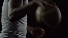 Bola pingando dianteira da cesta, exercitando antes do fósforo, estilo de vida saudável video estoque