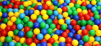 Bola plástica coloreada en la piscina del juego Imagen de archivo