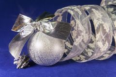 Bola plateada hermosa del ` s del Año Nuevo, AON brillante de la malla un fondo azul - composición del ` s del Año Nuevo, una tar Fotografía de archivo libre de regalías