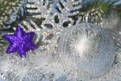 Bola plateada y copo de nieve decorativo, pequeña profundidad del Año Nuevo de la agudeza Foto de archivo libre de regalías