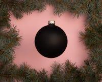 Bola preta do Natal no fundo cor-de-rosa fotografia de stock royalty free