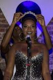 Bola Preta maakt kroning van de Koningin van zijn Carnaval van 2016 Stock Foto
