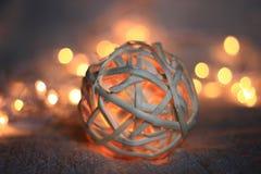 Bola que brilla intensamente de mimbre de madera Fotografía de archivo