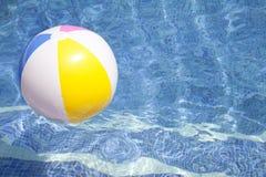 Bola que flutua em um poo azul da natação Imagem de Stock