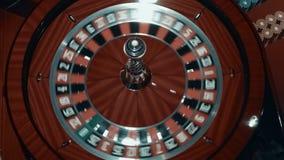 Bola que hace girar rápidamente alrededor en ruleta del casino Ciérrese encima de la rueda de ruleta de madera almacen de video