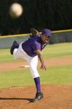 Bola que lanza de la jarra del béisbol Foto de archivo