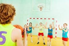 Bola que lanza del jugador de básquet en la cesta Foto de archivo libre de regalías
