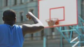 Bola que lanza del jugador de básquet profesional en la cesta, entrenamiento activo almacen de metraje de vídeo