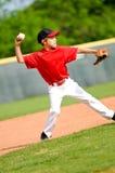 Bola que lanza del jugador de la bola de la juventud Fotos de archivo libres de regalías