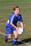 Bola que lanza del jugador de fútbol adolescente de la juventud Imagen de archivo
