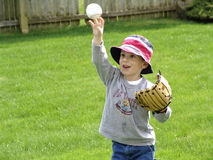 Bola que lanza del niño Imagen de archivo
