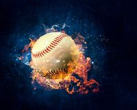 Bola que quema en fuego foto de archivo