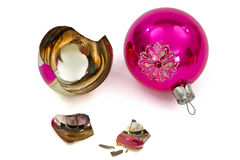 Bola quebrada de la Navidad, aislada en el fondo blanco Imagen de archivo libre de regalías