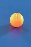 Bola quebrada de los tenis de mesa Fotos de archivo libres de regalías
