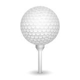 Bola realista del golf en una camiseta Imagen de archivo libre de regalías