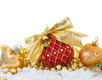 Bola roja con el arco de oro Fotos de archivo libres de regalías