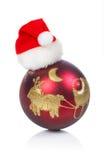 Bola roja con el sombrero de Christma Imagen de archivo libre de regalías