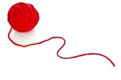 Bola roja de la cuerda de rosca roja de lana aislada Imagen de archivo