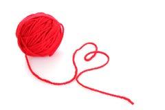 Bola roja de la cuerda de rosca roja de lana aislada Foto de archivo