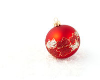 bola roja de la decoración del árbol de navidad aislada Imagenes de archivo