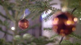 Bola roja de la Navidad almacen de video