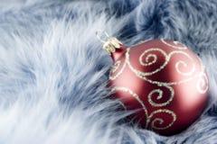 Bola roja de la Navidad Imagen de archivo libre de regalías
