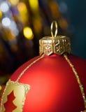 Bola roja de la Navidad imagen de archivo
