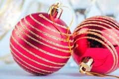 Bola roja de la Navidad con brillo de oro Foto de archivo libre de regalías