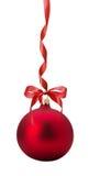 Bola roja de la Navidad con el arco aislado en el fondo blanco Fotos de archivo