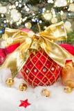 Bola roja de la Navidad con el arqueamiento de oro Imagenes de archivo