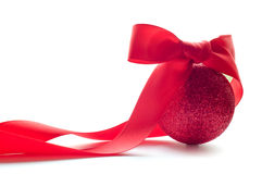 Bola roja de la Navidad con el arqueamiento rojo grande Imágenes de archivo libres de regalías