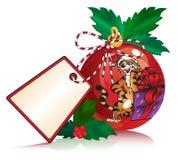 Bola roja de la Navidad con la etiqueta engomada de la etiqueta Fotografía de archivo libre de regalías
