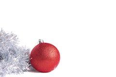 Bola roja de la Navidad con la malla de plata Foto de archivo libre de regalías