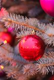 Bola roja de la Navidad con las luces de la guirnalda Fotografía de archivo libre de regalías