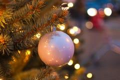 Bola roja de la Navidad con las luces de la guirnalda Fotos de archivo libres de regalías